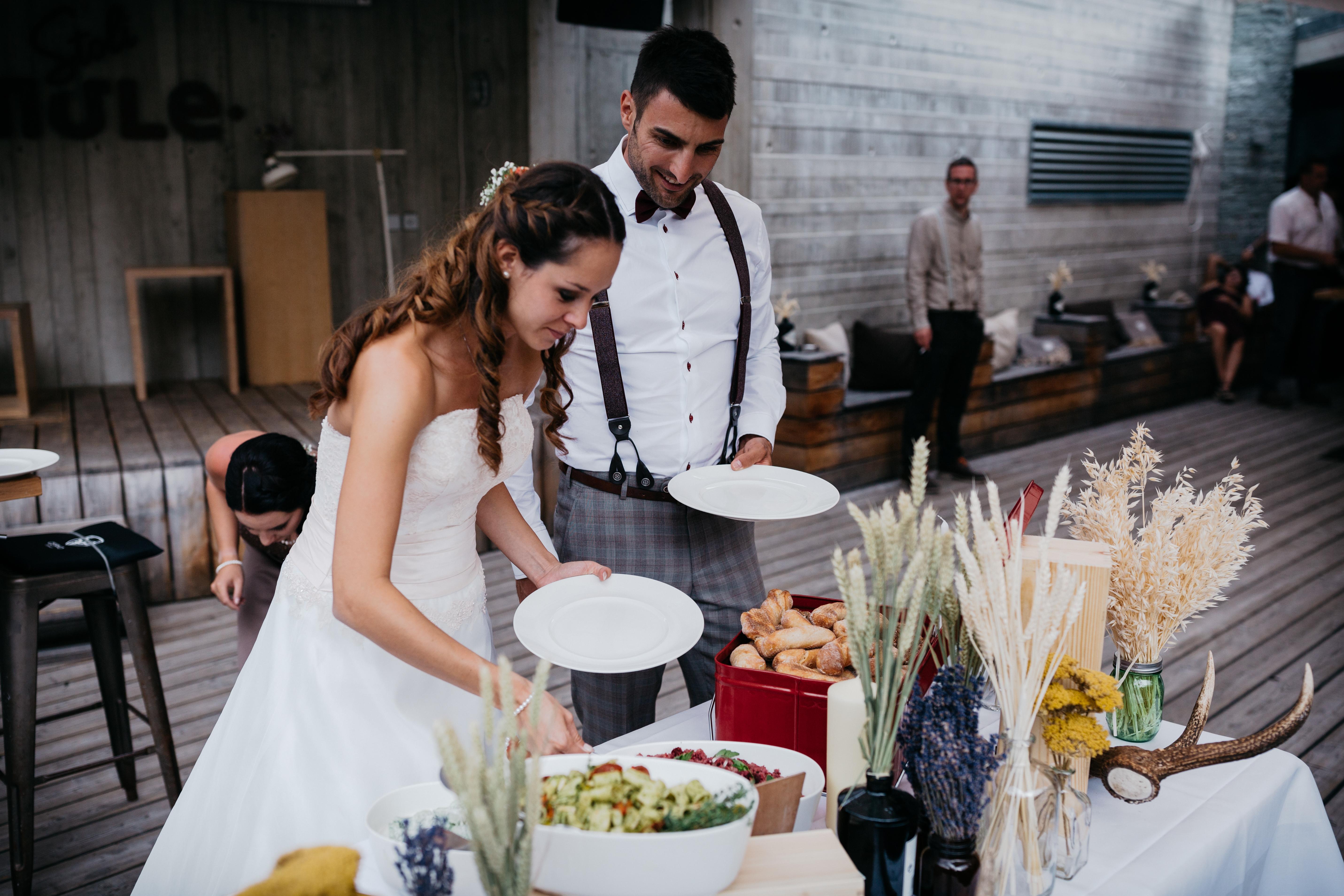 Hochzeitspaar am Buffet