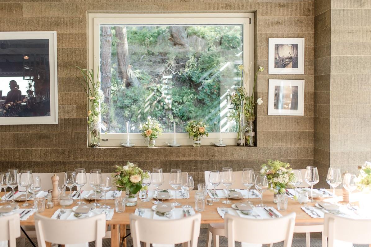 Gedeckter Hochzeitstisch mit Dekoration