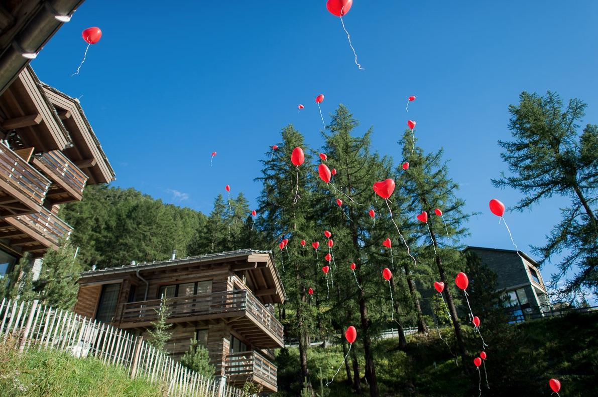 Herzförmige Ballons über Hotel