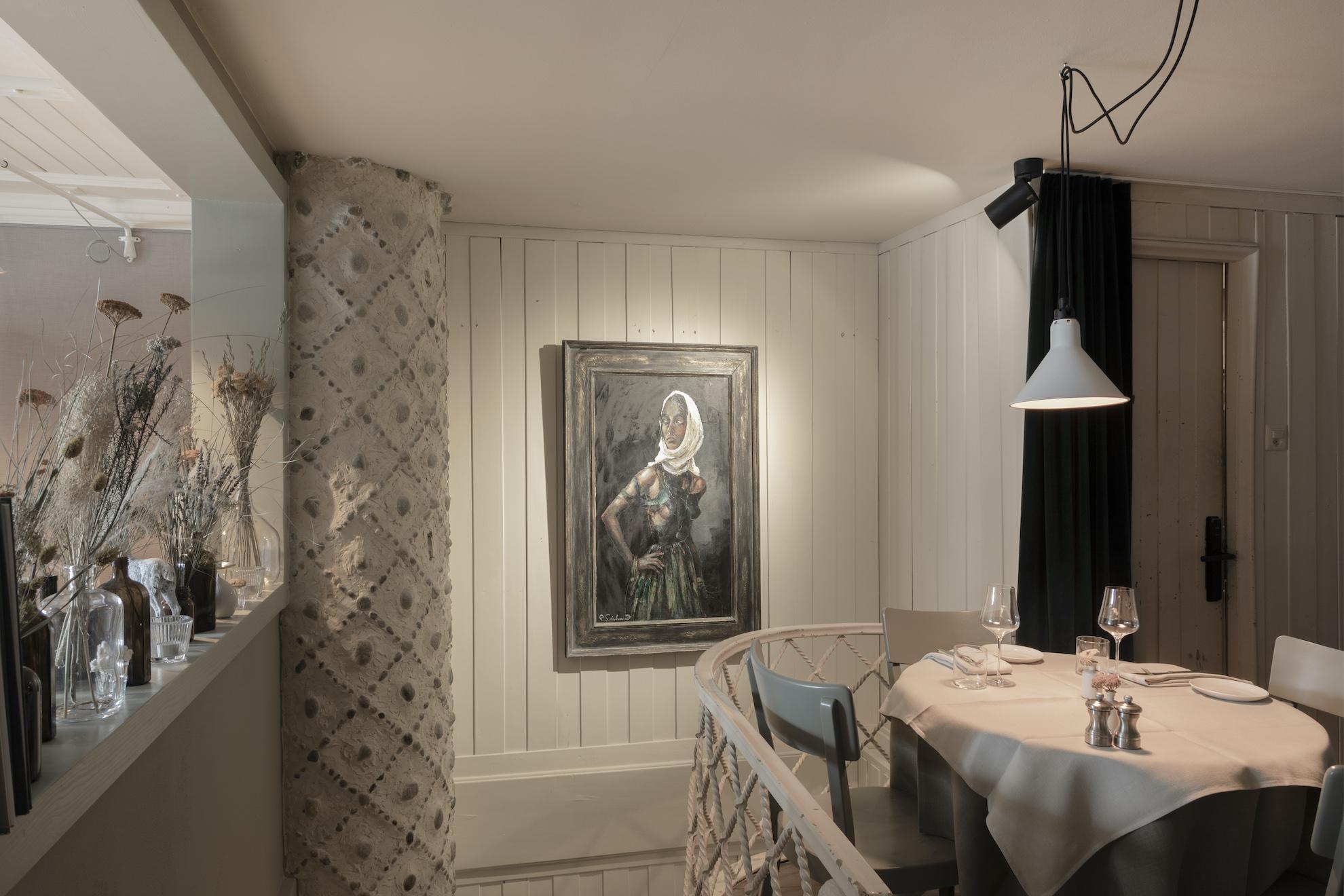 Restauranttisch mit Gemälde