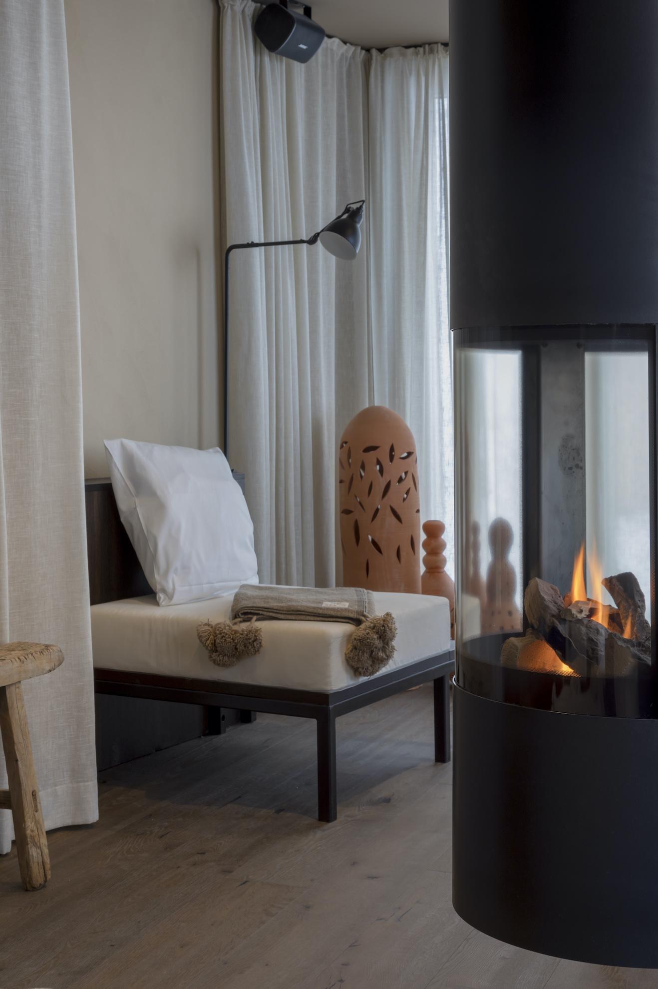 Canapé de repos avec cheminée
