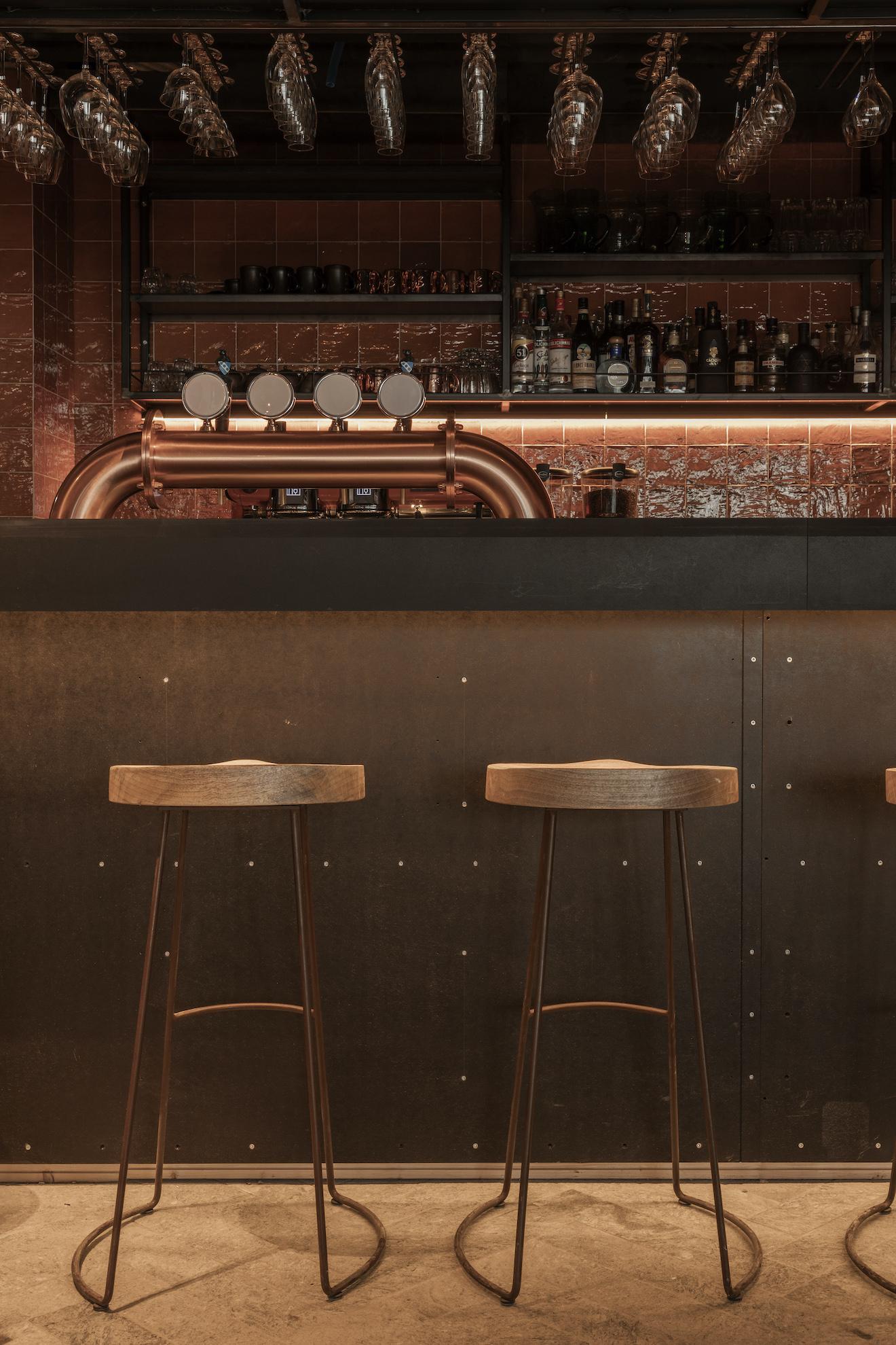 Bar avec tabourets de bar